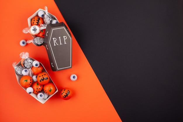Flache lage der zusätzlichen dekoration halloween
