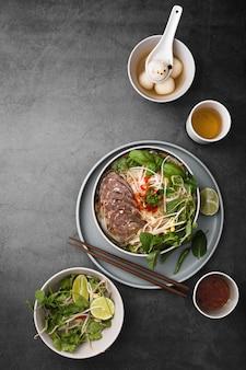 Flache lage der zusammenstellung des vietnamesischen lebensmittels