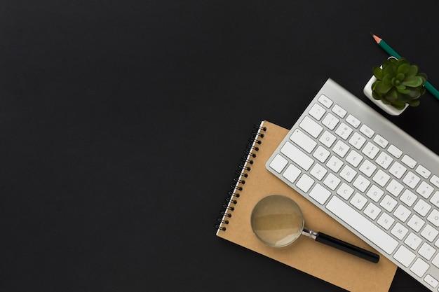 Flache lage des arbeitsdesktops mit notizbuch und tastatur