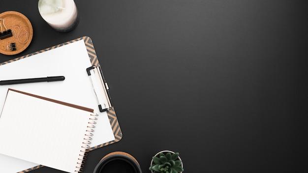 Flache lage des arbeitsplatzes mit exemplarplatz und notizblöcken