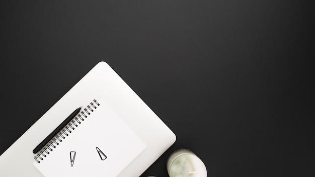 Flache lage des arbeitsplatzes mit notizbuch- und kopienraum