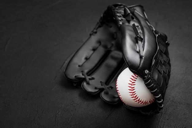 Flache lage des baseballs im handschuh