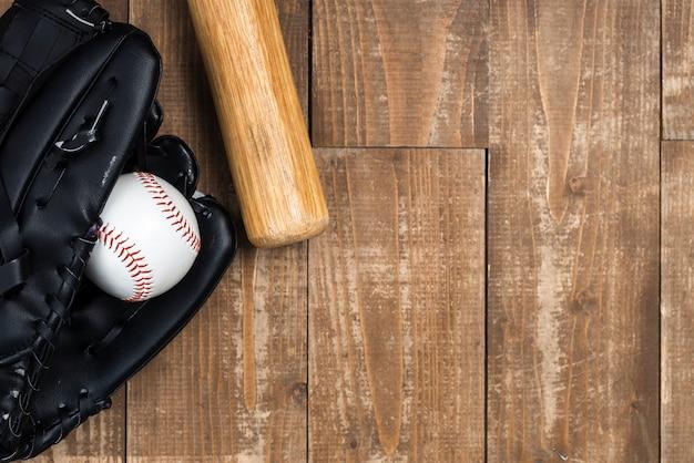 Flache lage des baseballschlägers mit handschuh