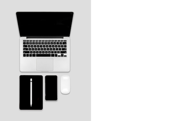 Flache lage des bürotischs mit laptop-computer, digitaler tablette, handy und zubehör.