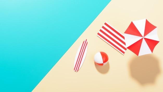 Flache lage des bunten regenschirms am strand und unterhaltsames objekt auf mehrfarbiger oberfläche.