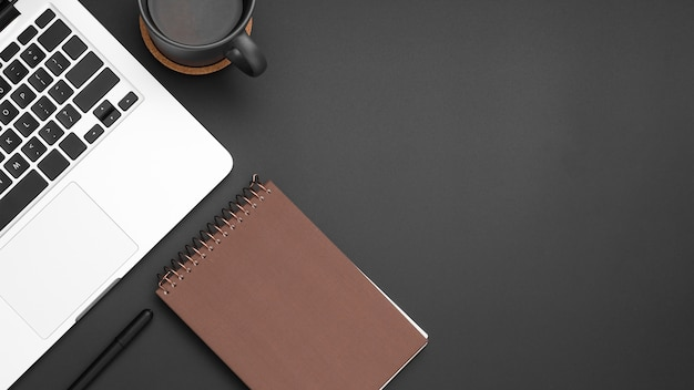 Flache lage des desktops mit kopienraum und notizbuch