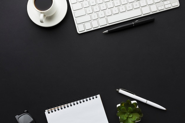 Flache lage des desktops mit notizbuch und kaffeetasse