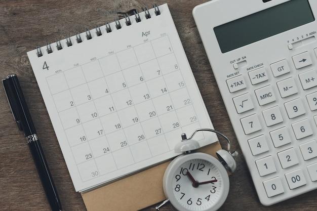 Flache lage des draufsichtschreibtisch-schreibtischs mit kalender