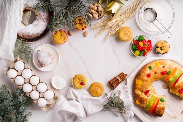 Flache lage des dreikönigstag-desserts mit zutaten