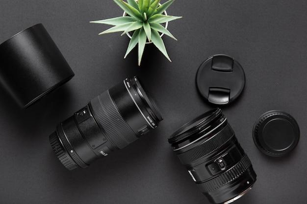 Flache lage des fotografiekonzeptes auf schwarzem hintergrund