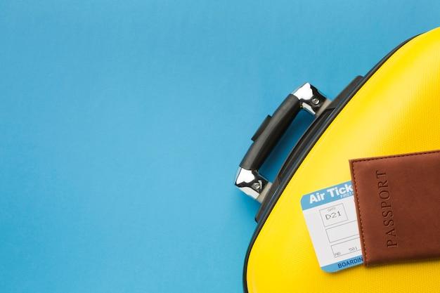 Flache lage des gepäcks und des passes mit exemplarplatz