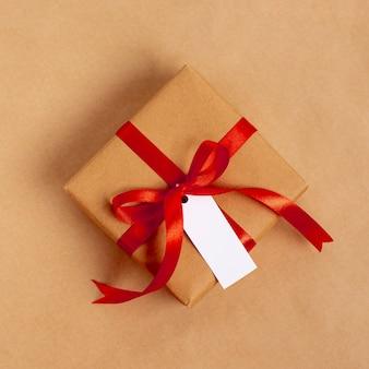 Flache lage des geschenks für valentinstag mit band und tag