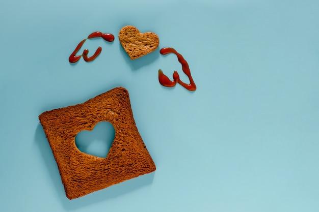 Flache lage des geschnittenen toastbrotes in form des herzens und der flügel