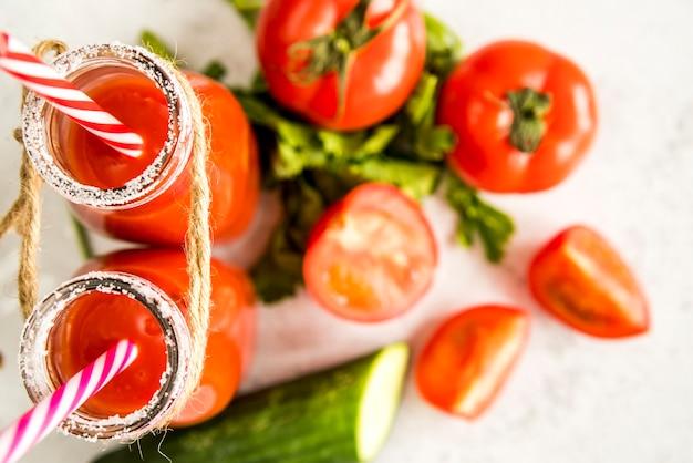 Flache lage des gesunden sommerfruchtsaftes