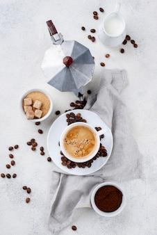 Flache lage des kaffeekonzepts auf weißem tisch