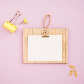 Flache lage des klemmbrettmodells mit rosa hintergrund
