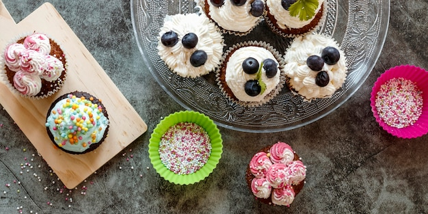 Flache lage des köstlichen cupcakes-konzepts