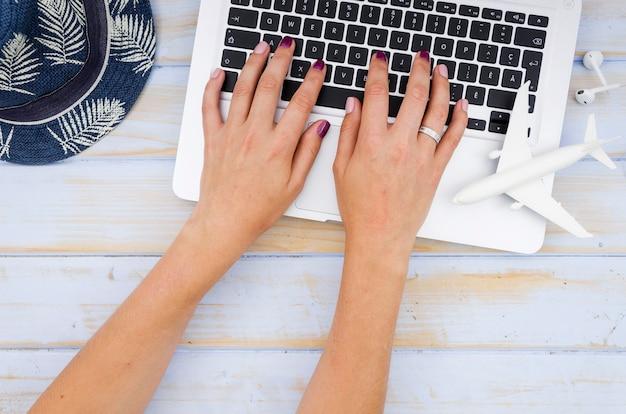 Flache lage des laptops auf holztisch