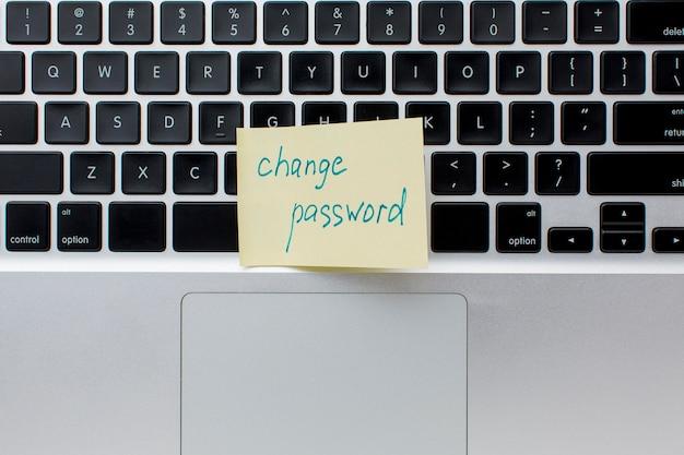 Flache lage des laptops mit haftnotiz mit erinnerung