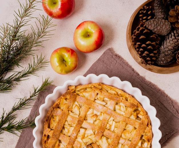 Flache lage des leckeren thanksgiving-apfelkuchens mit tannenzapfen