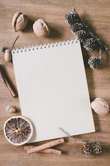 Flache lage des leeren braunen notizbuches auf holztisch.