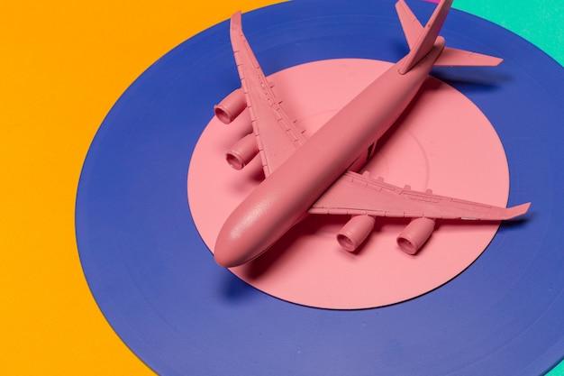 Flache lage des miniaturspielzeugflugzeuges