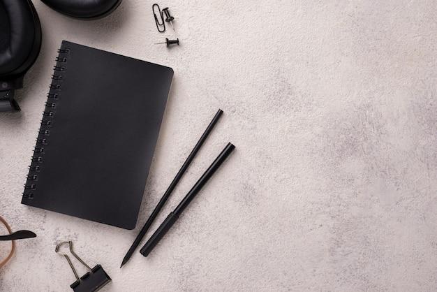 Flache lage des notizbuches auf schreibtisch mit kopienraum