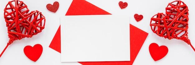 Flache lage des papiers und der herzen für valentinstag