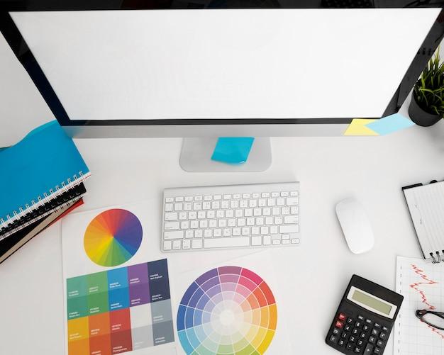 Flache lage des personalcomputers auf schreibtisch mit taschenrechner