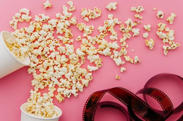 Flache lage des popcorns für kinokonzept
