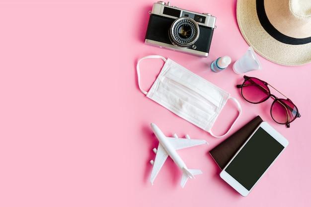 Flache lage des reiseartikels und des täglichen gebrauchsgegenstands für die hygiene mit der chirurgischen maske