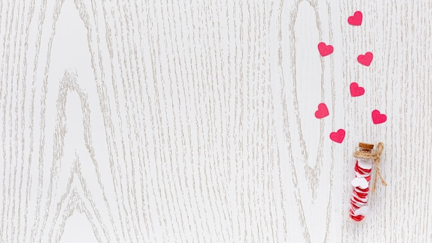 Flache lage des rohrs mit herzen und kopienraum für valentinstag