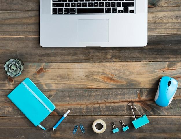 Flache lage des schreibtisches mit laptop- und kopienraum