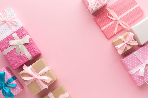 Flache lage des sortiments der rosa geschenke