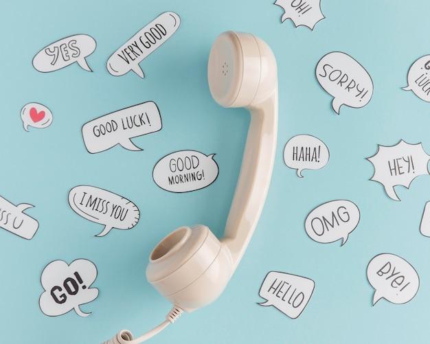 Flache lage des telefonhörers mit chatblasen