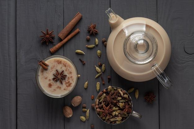 Flache lage des traditionellen indischen masala chai tees und verschiedener gewürze
