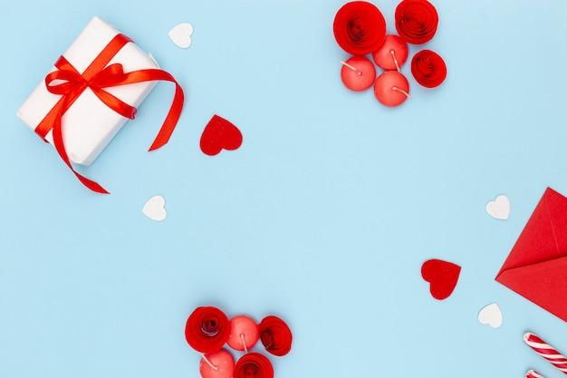 Flache lage des valentinstags vorhanden mit umschlag und herzen