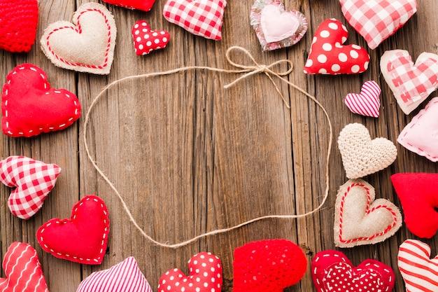 Flache lage des valentinstagverzierungsrahmens mit schnur