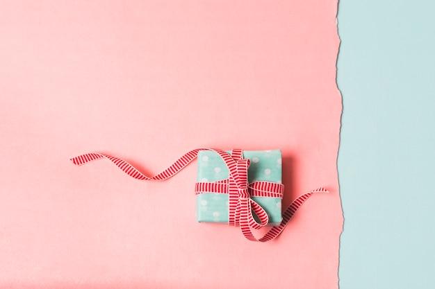 Flache lage des verpackten geschenks