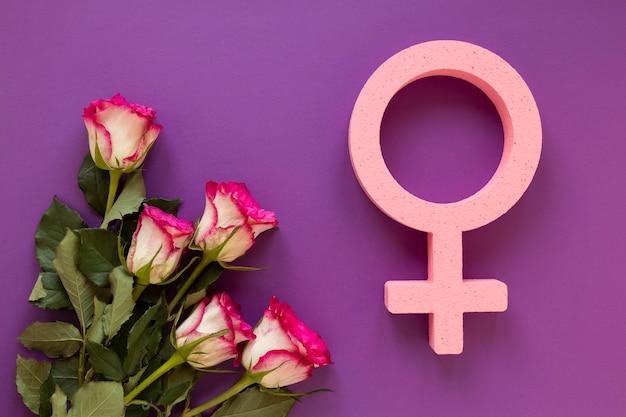 Flache lage des weiblichen symbols mit blumenstrauß für frauentag
