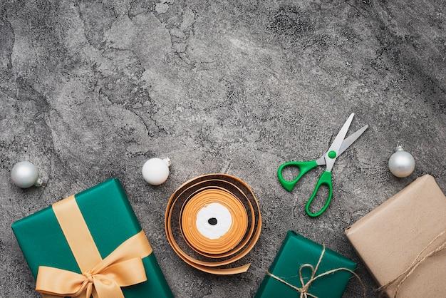 Flache lage des weihnachtsgeschenks auf marmorhintergrund