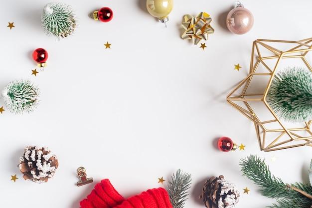 Flache lage des weißen arbeitstischhintergrundes mit weihnachtsdekoration