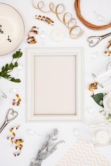 Flache lage des weißen hochzeitsrahmens mit dekorationen