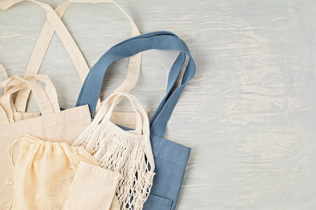 Flache lage des zero waste kits. set umweltfreundliche wiederverwendbare mesh-baumwolltasche. nachhaltiges, ethisches, plastikfreies lifestyle-konzept. draufsicht