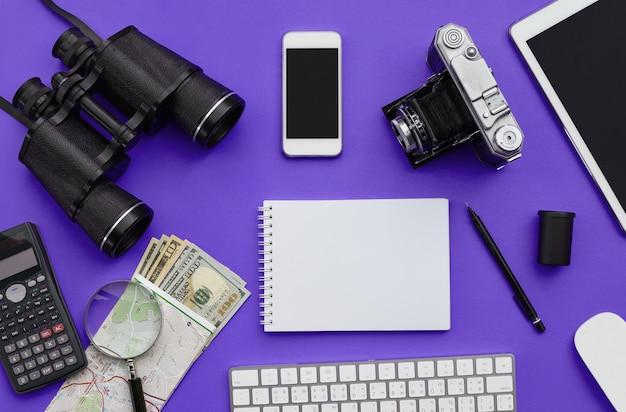 Flache lage des zubehörs auf violettem schreibtischhintergrund