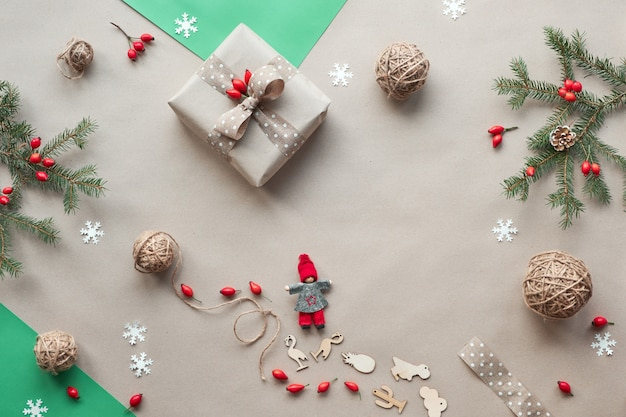 Flache lage, draufsicht auf bastelpapierhintergrund. null abfall weihnachten, konzept flaches layout, bastelpapier. selbstgemachte geschenke, natürliche weihnachtsdekorationen ohne plastik, umweltfreundliche grüne weihnachten.