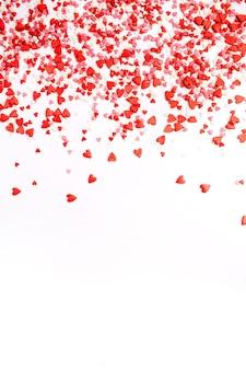 Flache lage, draufsicht auf rote, rosa und weiße herzen. liebe konzept.