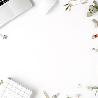 Flache lage, draufsicht bürotisch schreibtisch. weiblicher schreibtischarbeitsplatz mit laptop, tagebuch, sukkulente, brille, uhr auf weißem hintergrund.