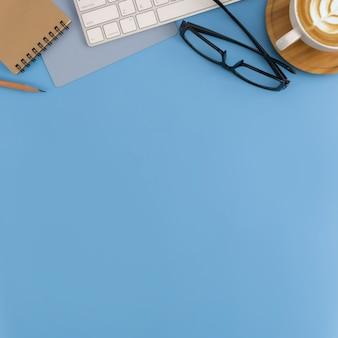 Flache lage, draufsichtbüroarbeitsplatz mit leerem anmerkungsbuch, tastatur