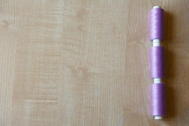 Flache lage drei stränge rosa faden